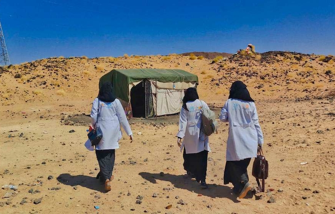 Midwives with a mobile team in Marib, Yemen, provide life-saving services in a displacement camp. © UNFPA Yemen