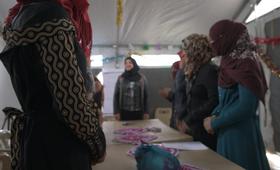 حنين نازحة من الموصل تعمل كمتطوعة في إحدى مراكز المرأة في مخيم دباغة.©  صورة صتدوق الأمم المتحدة للسكان