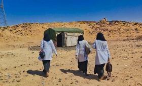 قابلات مع فريق متنقل في مأرب ، اليمن ، يقدمن خدمات منقذة للحياة في مخيم للنازحين. © صندوق الأمم المتحدة للسكان اليمن